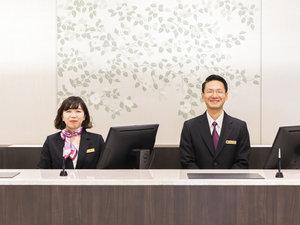 【フロント】開放感のある明るいロビーと広々としたフロントでお客様をお迎えいたします