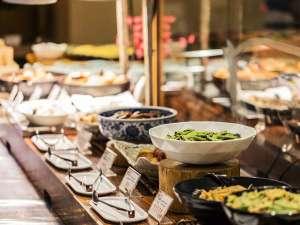 <<朝食バイキング>>30種類以上のメニューを取り揃えた、和洋ビュッフェスタイル。