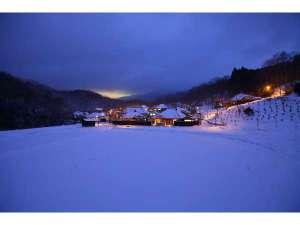 山みず木別邸 深山山荘:冬景色一面銀色の世界に包まれます。雪を見ながらの温泉はまた格別。