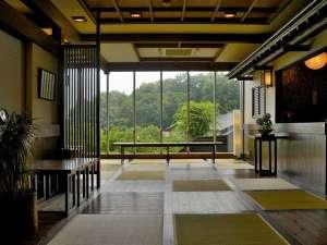赤城高原温泉 山屋蒼月:庭園と夜景を一望するロビー