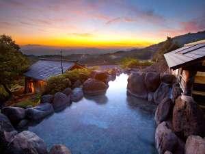旅館 山翠:わいたで最も高台にある混浴露天風呂は標高約800m。巨岩が目隠しになるため安心。