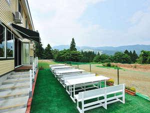 ロッヂ B&W:目の前は広大なドッグラン★天気の良い日は、テラス席でお食事も出来ます。
