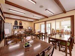 ロッヂ B&W:*レストラン/ドッグランを眺めながらお食事ができるレストラン。ランチはカフェにさまがわり。