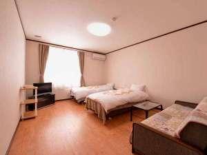 ロッヂ B&W:*ツイン(客室一例)/ご夫婦やカップルにオススメのお部屋。ペットが歩きやすい床材を使用。