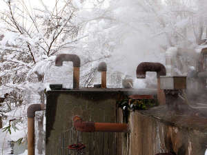 地下50メートルの自家源泉から滾々と湧き出る84℃の高温泉。自慢の名湯を存分に。