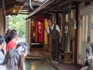 大好評!19代目亭主による「館内歴史ツアー」四万温泉や積善館、湯治の歴史などをお話ししております。
