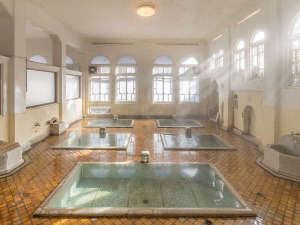 【元禄の湯】昭和5年建造・国の登録文化財。源泉かけ流しの湯