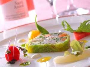 オーベルジュ オーパヴィラージュ:ディナ-の始まりには季節の野菜の旨みを味わっていただくテリーヌをどうぞ(料理一例)