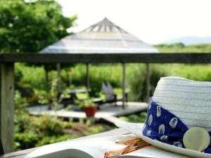 オーベルジュ オーパヴィラージュ:自家菜園「ポタジェ」やのんびりできるベンチが点在するガゼボでのんびり読書も良いですよ