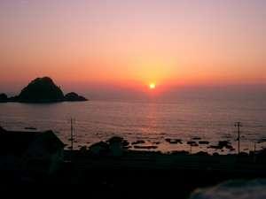 ホテルサンリゾート庄内:客室のベランダからは、夕日に染まる白山島、日本海を一望できる。