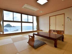 ホテルサンリゾート庄内:≪リニューアル和室12畳≫落ち着いた雰囲気のお部屋で由良浜の絶景を眺める時間は至福のリラクゼーション