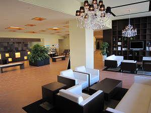 ホテルうみんぴあ:落ち着いた雰囲気の明るいロビー