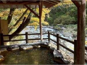 小坂の炭酸泉の宿 仙游館:秋は紅葉、川のせせらぎと自然に癒されながら浸かる露天風呂。女性専用時間あり