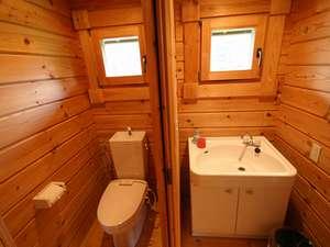 ログコテージTOMATO:トイレ、洗面、お風呂もウッディーな雰囲気
