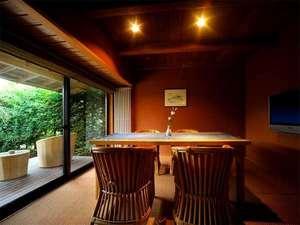 かみのやま温泉 名月荘:【客室Bタイプ一例「梔」】 洋風のリビングルーム。テラスも付いてゆったり。