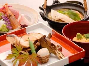自家源泉の宿 原瀧:【お手前料理】先付・お造り・鍋物など4~5品をお席にご用意。一緒にバイキングもお召し上がりください♪