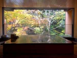 自家源泉の宿 原瀧:【貸切風呂:秋】目の前には美しい紅葉。渓流のせせらぎと涼風を誰にも気兼ねなく