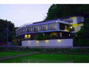磨洞温泉 涼風荘:里山と田園に囲まれた「ザ・田舎」の風景 夕暮れの散歩もまたいい感じ