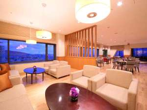 ANAクラウンプラザホテル神戸:【クラブラウンジ】*ソファー席*神戸の街を見下ろしながら、ご自由におくつろぎください。