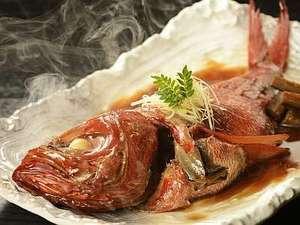 里山の別邸 下田セントラルホテル:下田特産の金目鯛をあっさりとした薄口で煮込む味は好評です。