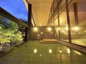 里山の別邸 下田セントラルホテル:せせらぎの湯処:夕暮れ時からライトアップされ、木々も幻想的な雰囲気に。