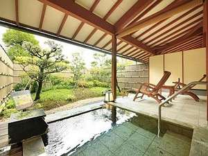 里山の別邸 下田セントラルホテル:二人でもゆったりと温泉浴ができる大きめな客室露天風呂の石風呂一例。