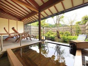 里山の別邸 下田セントラルホテル:二人でもゆったりと温泉浴ができる大きめな客室露天風呂の檜風呂一例。