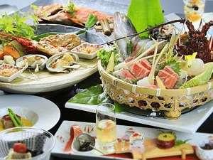 里山の別邸 下田セントラルホテル:伊勢海老、金目鯛、地魚など、豪華な食の饗宴となる露天風呂が付いた客室用『旬彩』夏の一例。