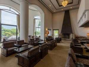 小田急山のホテル:歴史を感じるマントルピースがあるティー&バーラウンジ。オリジナルスイーツやサンドウィッチ等をご用意。