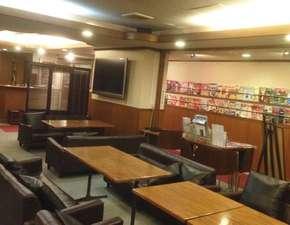 プチホテル京都:フリードリンクのサービスもご利用頂けるロビーです。観光案内の本も多数ご覧いただけます。