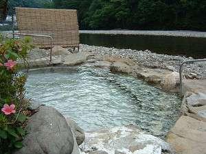 山水館 川湯 きのくに:熊野川の支流『大塔川』の川原にある当館専用露天風呂☆