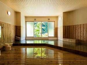 山水館 川湯 きのくに:あたたかみのある大浴場。窓を開ければみどりが一面に広がります