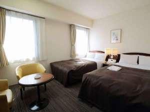 ホテルブライトイン盛岡:広々とした24平米のツインルーム。カップル、ご家族でご利用の際にもゆったりとお寛ぎいただけます。