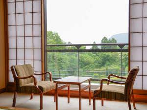 フォレストリゾート 箱根森のせせらぎ:広縁で、本を読みながらお寛ぎください。