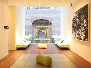 レム日比谷(阪急阪神第一ホテルグループ):【2F ロビー】大きな窓から光が射す美術館の様なロビー。心地よい眠りを期待させるセンサリーデザイン