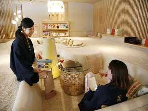 女性のための宿 翠蝶館:ふわふわの絨毯が心地良いごろごろスペースで読書やおしゃべり♪