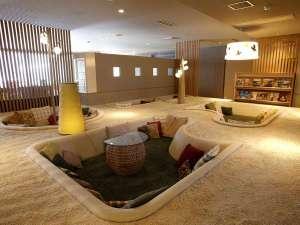 女性のための宿 翠蝶館:「ごろごろスペース」では本を読んだりしながら、思い思いの時間をお過ごしください。