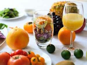 女性のための宿 翠蝶館:酵素ドリンクの効果も兼ね備えたジュースと、15種類以上の穀類と野菜を使用したパワーサラダの朝食。