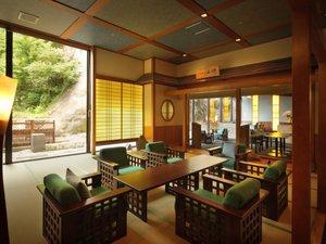 鬼怒川温泉 遊水紀行 ホテル大滝:ラウンジはフリースペースです。併設の漫画ギャラリーと自販機コーナーと合わせてご自由にお楽しみ下さい。