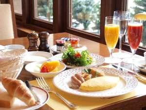 ラフォーレ倶楽部 ホテル白馬八方:「ラフォーレ(La Foret)」とは、フランス語で「森」の意味。晴れた朝は木もれ陽の中でステキな朝食を♪