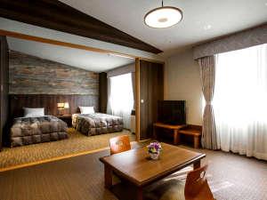 """ラフォーレ倶楽部 ホテル白馬八方:4~5名様用の和洋室。""""モダンコテージ""""がコンセプトで、和室と洋室の間は仕切ることができます。"""