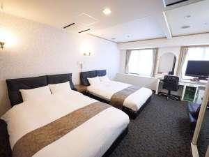 U・コミュニティホテル:150センチ幅のシーリー社製ダブルベッドを2台ご用意しております。最大5名様までご宿泊頂けます!