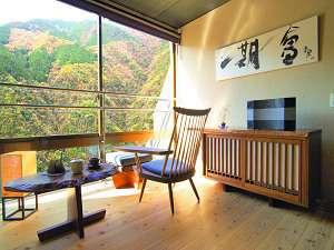 和の宿 ホテル祖谷温泉:客室「玉響(たまゆら)」。上質な家具と音楽に囲まれた休日がお過ごしいただけます。