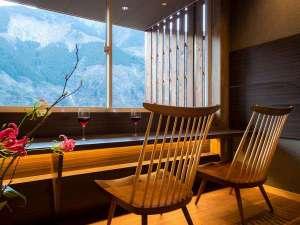 和の宿 ホテル祖谷温泉:窓辺のカウンター席はジョージナカシマのラウンジチェア