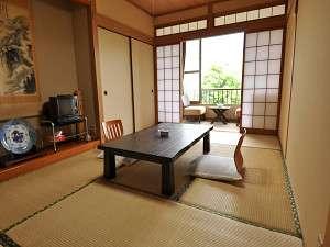 旅館たつみ:【イスに座って眺める】宿の前を流れる川と由布岳。リラックスできる、静かな時間が流れます。