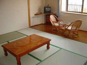 よしの山荘:お部屋はゆったりくつろげます