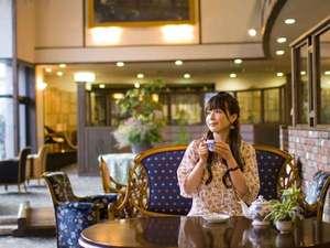 下呂温泉 アートな館 紗々羅(ささら):滝の流れる吹き抜けロビー。イタリア製の椅子に腰掛け美味しいコーヒーを飲み、優雅な時間を過ごす