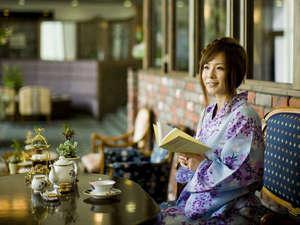 下呂温泉 アートな館 紗々羅(ささら):ロビーでほっと一息。イタリア製の家具に腰掛け、ジャズが流れる優雅な雰囲気はまるでお姫様気分♪