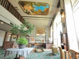 下呂温泉 アートな館 紗々羅(ささら):イタリア高級家具や絵画に包まれたおしゃれな吹き抜けのロビー