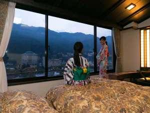 下呂温泉 アートな館 紗々羅(ささら):和洋室(一例) ベッドからは展望絶佳の下呂温泉街